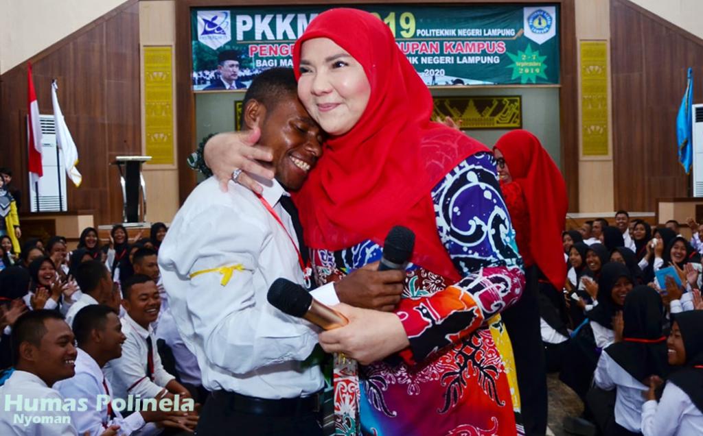 Ketua Tim Penggerak PKK Bandar Lampung Memberi Materi Motivasi Kepada Mahasiswa Baru Polinela